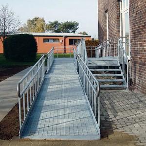 [2631-02] Behindertenrampe mit Gitterrosten und Geländer